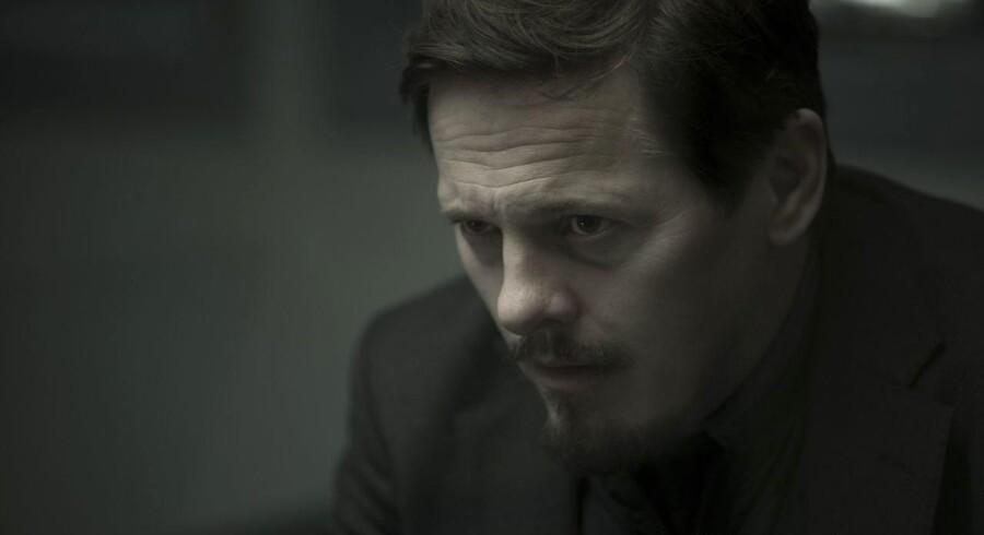 Thure Lindhardt lægger ansigtet i de rette folder som sorgtynget kriminalbetjent. Foto: Jens Junker.