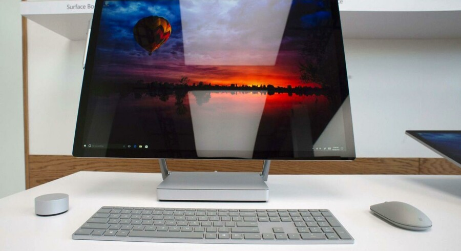 Surface Studio er en bord-PC fra Microsoft - den første af slagsen - som en direkte konkurrent til Apples iMac. Den kan blandt andet håndtere 3D-grafik og kan betjenes med en digital pen ud over mus og tastatur. Foto: Don Emmert, AFP/Scanpix