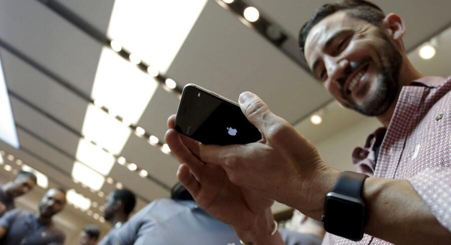 iPhone-ejere vil nu - med Apples velsignelse - kunne hente en app, der blokerer for, at andre apps kan vise reklamer på skærmen. Arkivfoto: Jonathan Alcorn, Reuters/Scanpix