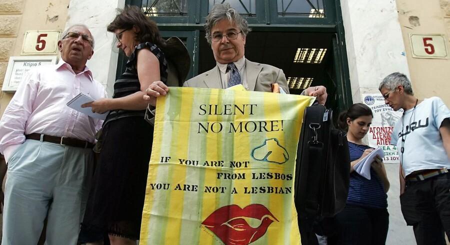 Selv om Sapho gjorde kvinders kærlighed til andre kvinder synonymt med Lesbos, er det langt fra alle på den græske ø, der bryder sig om homoseksuelle. Græsk-amerikanske Paul Thymou (i midten), holder under en retssag i 2008 et flag, hvorpå der står »Hvis du ikke er fra Lesbos, er du ikke lesbisk«. Øens beboere lagde sag an mod den græske forening af homoseksuelle (OLKE), som ifølge øboerne ikke skulle bruge udtrykket »lesbisk« om homoseksuelle kvinder.