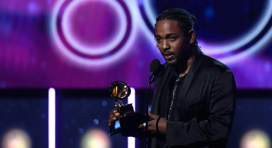 Kendrick Lamar modtager en Grammy for Damn, der vandt kategorien årets bedste rapalbum. Scanpix/Timothy A. Clary