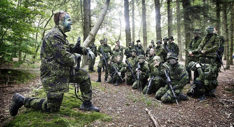(ARKIV) Soldater fra Antvorskov Kaserne på øvelse, den 17. august 2011. Et nyt sæt mindstekrav til soldaters fysiske form beskrives som lettere end før. Men det er også kun et minimumskrav, minder Forsvaret om. Det skriver Ritzau, lørdag den 7. april 2018.. (Foto: NIels Ahlmann Olesen/Ritzau Scanpix)