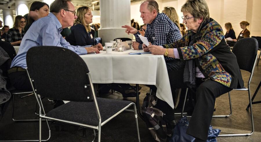 180 deltagere fra alle egne af dansk teater var samlet til Kulturministerens dialogmøde i går. Her kulturminister Marianne Jelved (th.) sammen med (fra venstre) Lars Seeberg, formand for udvalget bag teaterrapporten fra 2010, Gritt Uldall-Jessen fra Uafhængige Scenekunstnere og teaterdirektør Kasper Wilton. Foto: Søren Bidstrup