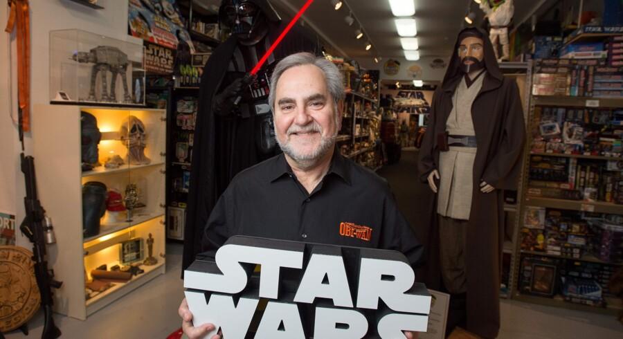 Steve Sansweet poserer med en af sine mange Star Wars-genstande i 2015. Han er blevet berøvet af en ven og fælles Star Wars-entusiast, og det gør ondt, siger han til AFP. Scanpix/Josh Edelson