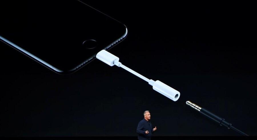 Apple har i iPhone 7 og iPhone 7 Plus afskaffet hovedtelefonstikket - men der følger en omformer med, så man ikke behøver at kassere de gamle ørepropper og hovedtelefoner. Foto: Josh Edelson, AFP/Scanpix