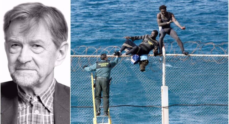 To migranter forsøger at hoppe over hegnet til den spanske enklave Ceuta på den afrikanske nordkyst. Migrationspresset fra Afrika vil blot vokse i de kommende år, mener Poul Christian Matthiessen, professor emritus. Foto: Scanpix