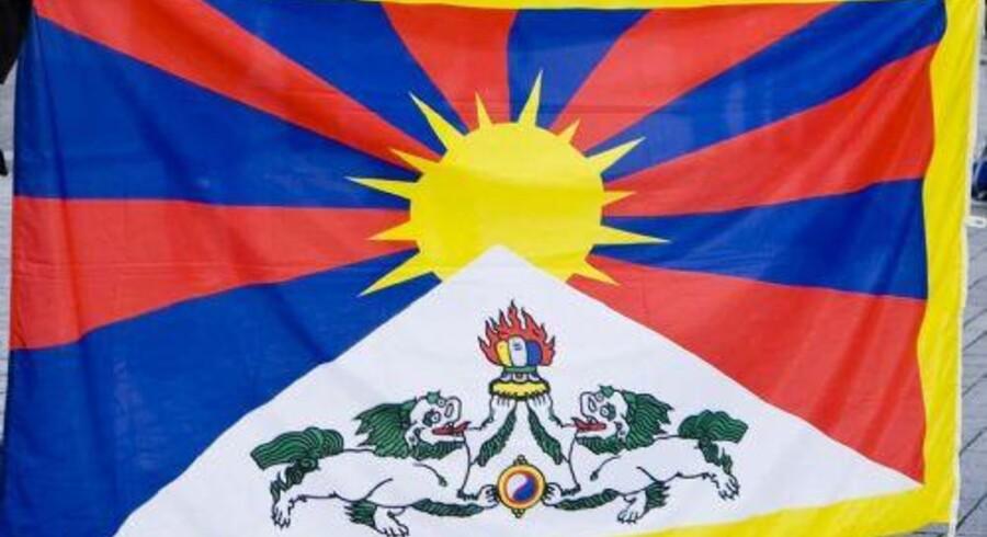 Københavns Politi fik rengøringsfolk til at fjerne Tibet-graffiti under statsbesøg i 2012. Også en række borgere oplevede at få frataget det tibetanske flag af politifolk. To ledere i politiet har i et års tid været sigtet for at lyve om indsatsen i en retssag. Free/Www.colourbox.com