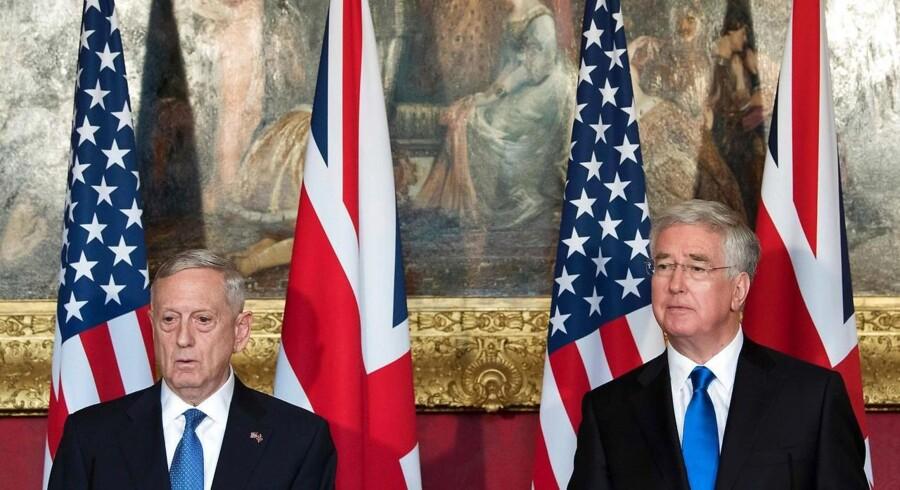 USAs forsvarsminister James Mattis og den britiske forsvarsminister Michael Fallon til en pressekonference tidligere på året.