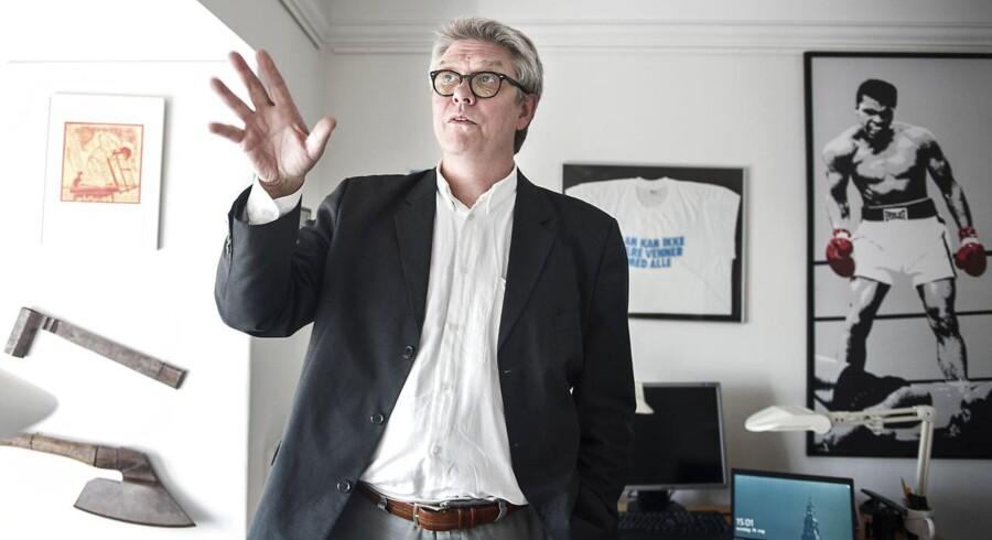 Der er en historie bag tingene på SFeren Karsten Hønges kontor. Han har en t-shirt fra dagbladet Det Fri Aktuelt med teksten »Man kan ikke være venner med alle«. Et mantra som politikeren ynder at leve efter.