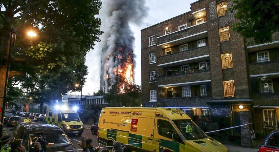 Området omkring »Grenfell Tower« i London var onsdag spærret af, mens flere end 200 brandfolk forsøgte at få bugt med den voldsomme brand, som brød i ud i højhuset natten før.