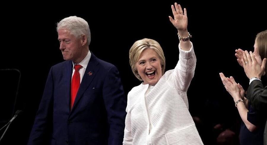ARKIVFOTO 2016. Den tidligere amerikanske præsident Bill Clinton med sin hustru, præsidentkandidat Hillary Clinton.