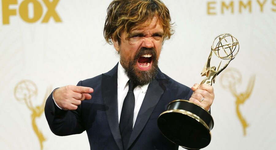 "Skuespilleren Peter Dinklage med sin Emmy-statuette for »Outstanding Supporting Actor« i ""Game of Thrones"""