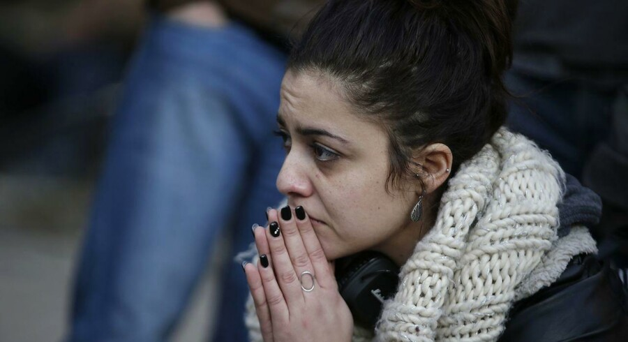 En kvinde afventer oplysninger efter terrorangrebet i Bruxelles' lufthavn i marts.