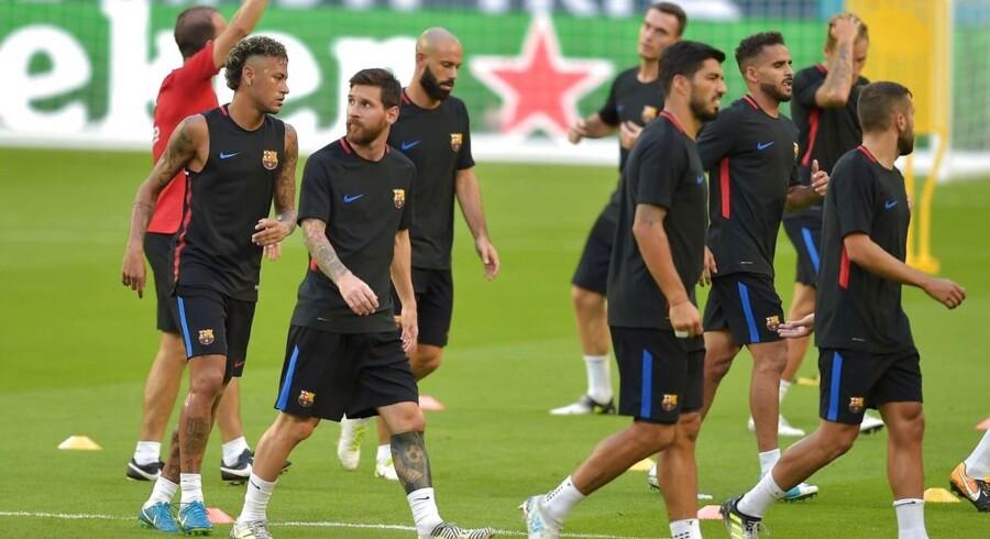 Neymar (længst til venstre) bliver rygtet til Paris Saint Germain, og den seneste hændelse under træningen i Miami, Florida har sat gang i nye spekulationer blandt holdkammeraterne.