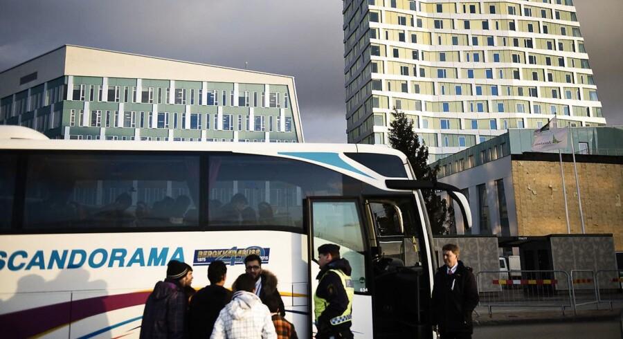 Fra slut december indfører svensk politi ID-kontrol i Danmark, og det vil give en times ekstra transporttid for de mange passagerer, da de skal ud af toget, kontrolleres og ind i toget igen. Øresundstoget, Københavns Hovedbanegård og Hyllie Station i Sverige fotograferet fredag den 11. december 2015. Ved den faste grænsekontrol i Sverige kommer stadig et fire-cifret antal migranter for enten at søge asyl eller håbe på at komme videre til Norge eller Finland. Hvis ikke de søger asyl, bliver de dog sendt med et tog tilbage til Danmark. Er migranterne under 18 år bliver de ført til et socialcenter. ARKIVFOTO.