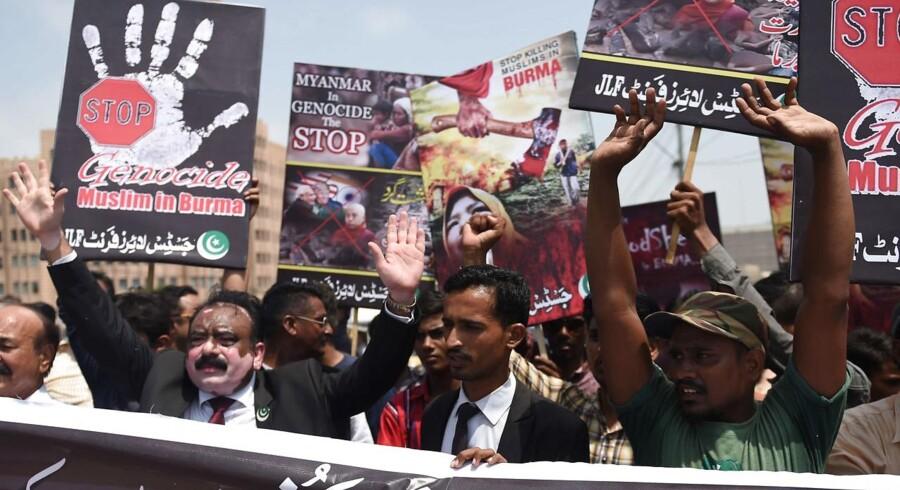 Pakistanske demonstranter mod regeringen i Myanmar.