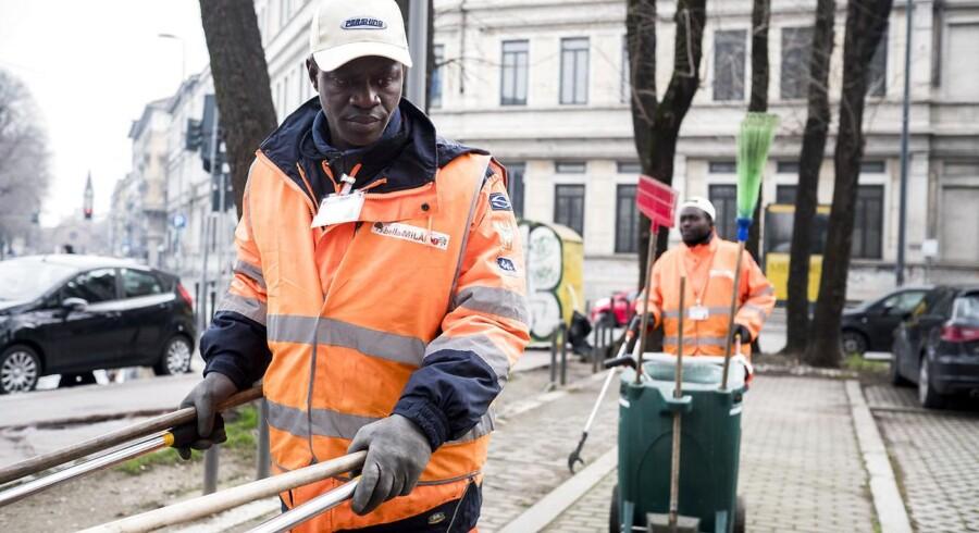 Gambianske Ousmani Bah (forrest) kom til Italien i begyndelsen af 2017, mens hans makker Ousman Abdulrahman fra Nigeria for halvandet år siden blev sendt tilbage til det sydeuropæiske land efter at være nået til Tyskland. De to asylansøgere håber begge, at det frivillige arbejde i Bella Milano-projektet er første skridt på vejen til at finde et rigtigt job.