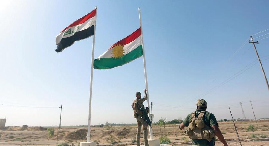 Det kurdiske flag tages ned i den irakiske by Kirkuk.