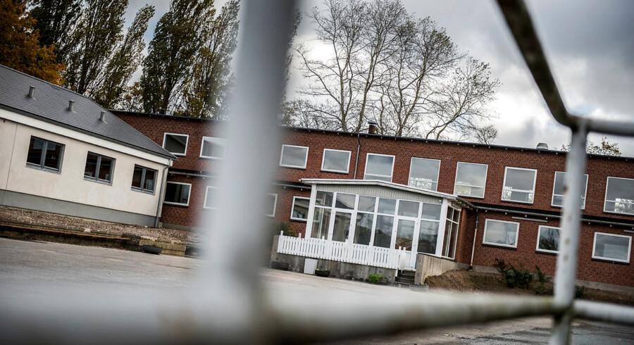 RB plus. Kvinde tiltalt for sex med flygtningedreng En ansat på asylcenter i Tullebølle på Langeland er tiltalt for adskillige sexovergreb på en beboer. Tirsdag begynder retssagen ved Retten i Svendborg. (Foto: Asger Ladefoged/Scanpix 2016)