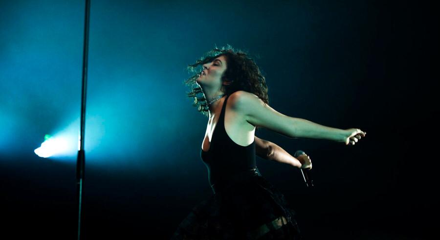 Den 20-årige newzealandske popstjerne Lorde optrådte uden stor staffage på Arena.