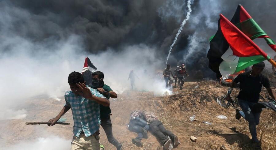 Palæstinensere demonstrerer i protest mod USA's nye ambassade i Jerusalem, der åbnes senere mandag. Demonstrationer og voldelige sammenstød ventes at eskalere i løbet af det kommende døgn i forbindelse med markeringen af 70-årdagen for Israels oprettelse. REUTERS/Ibraheem Abu Mustafa