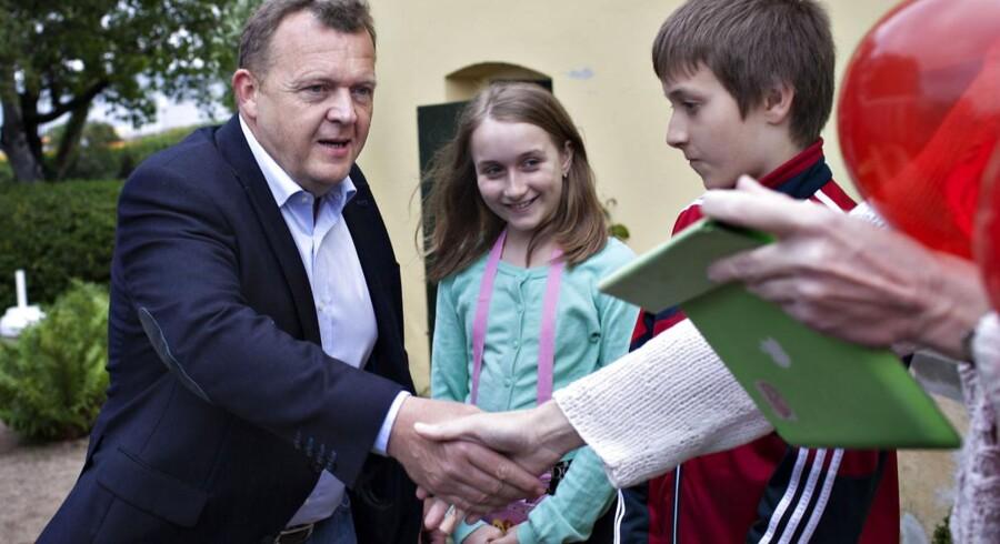 Venstre formand Lars Løkke Rasmussen hilser på et par borgere under Folkemødet på Bornholm fredag.