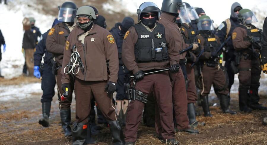Tungt bevæbnet politi gør klar til at rydde Oceti Sakowin-lejren i North Dakota.