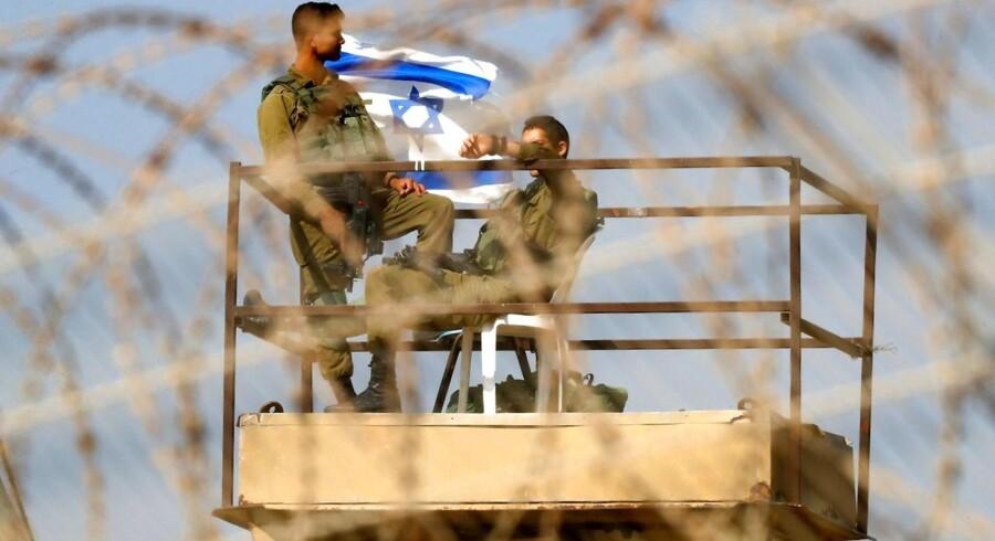 Israelsk militær har konfronteret palæstinensere i Gaza med dræbende skud for at holde dem væk fra hegnet omkring Gaza-striben. Mandag resulterede konfrontationen i op imod 60 dræbte.