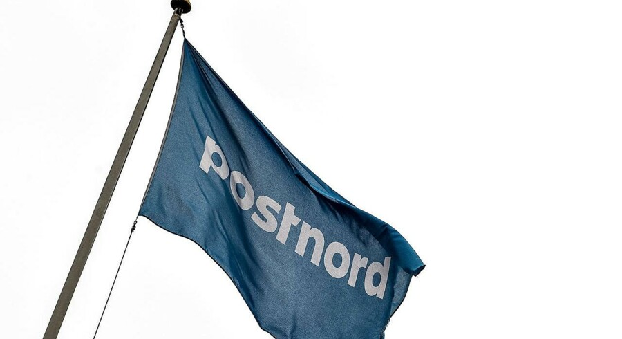Postnord ved hovedpostkontoret i Aalborg. Blåt flag med Postnord