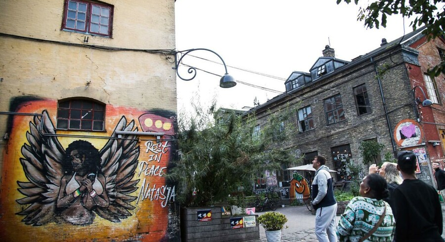 Borgere kigger op på stedet, hvor et af overvågningskameraerne var opsat på Christiania.