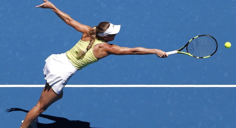 Caroline Wozniacki overkom to matchbolde mod kroatiske Jana Fett i anden runde af årets første Grand Slam, Australian Open.