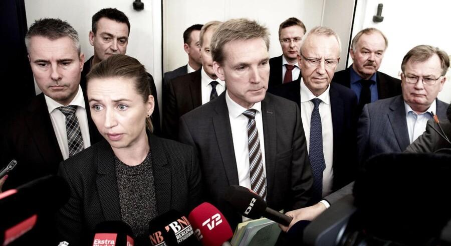 Sådan så det ud, da V-regeringen landede en aftale om dagpengene med S og DF, 22. oktober 2015 i Finansministeriet. Konservative er nu klar til at blokere for finansieringen af aftalen, men det bekymrer ikke Venstre. (Foto: Linda Kastrup/Scanpix 2015)
