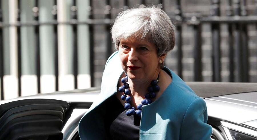 Storbritanniens pressede premierminister, Theresa May, da hun ankom til Downing Street onsdag for at forhandle med det nordirske DUP om støtte til en konservativ minoritetsregering. REUTERS/Stefan Wermuth