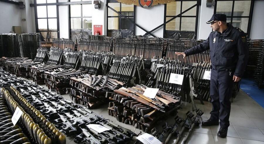 En talsmand for spansk politi fremviser nogle af de mange våben ved en politistation i Bilbao.