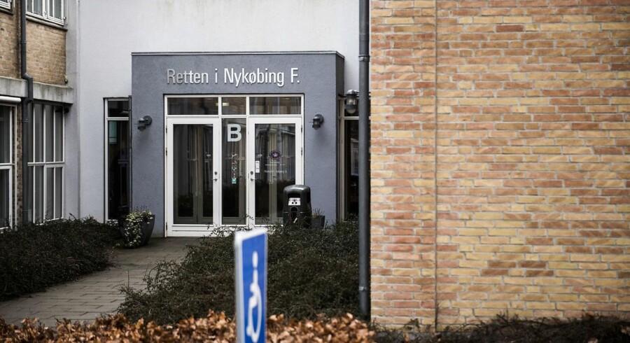 Retten i Nykøbing Falster har torsdag dømt en mor og en 45-årig mand for overgreb på to drenge.