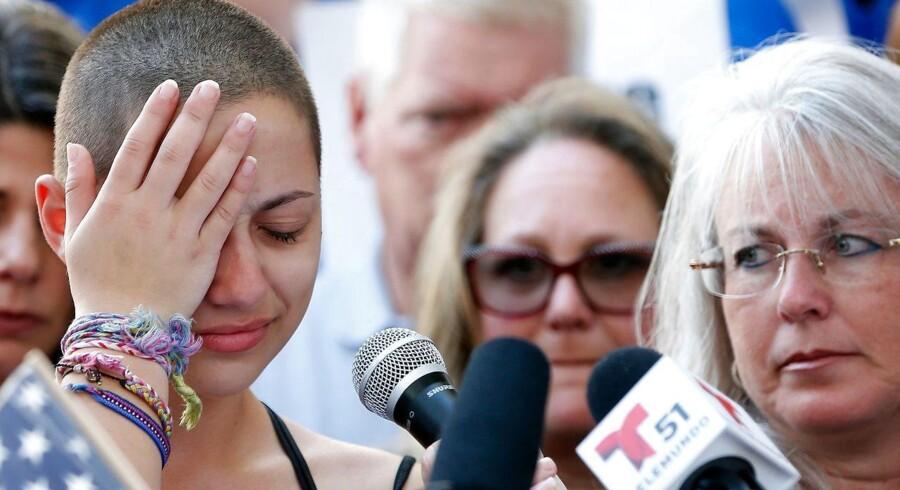 Den amerikanske gymnasieelev Emma Gonzalez var vidne til skoleskyderiet i Florida, der kostede hendes medstuderende livet. Nu er hun efter en stærk og følelsesladet tale blevet et symbol på unge amerikaneres vrede over politikernes manglende evne og vilje til at gøre noget ved skoleskyderier i USA. Foto: Rhona Wise/AFP