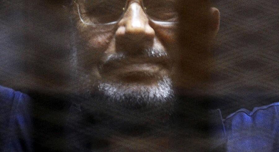Mohamed Mursi, som var Egyptens første demokratisk valgte præsident, er idømt 20 års fængsel, men er også anklaget i andre sager mod ham. Blandt andet er han anklaget for at have lækket oplysninger til Qatar, for at have været med i sammensværgelser med den militante palæstinensiske gruppe Hamas og for at have organiseret en fangeflugt under opstanden i 2011 mod Hosni Mubarak. Reuters/Amr Abdallah Dalsh