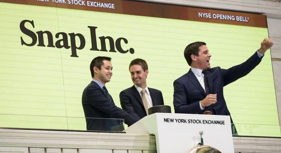 Det var ikke kun Snapchats to stiftere, Bobby Murpy Evan Spiegel (til venstre og midtfor), der sammen med formanden for New Yorks børs, Thomas Farley (til højre), kunne juble over Snaps børsnotering torsdag. Der var guldregn til en californisk skole, som for længe siden havde set potentialet i selskabet og investeret i det. Foto: Drew Angerer, Getty Images/AFP/Scanpix