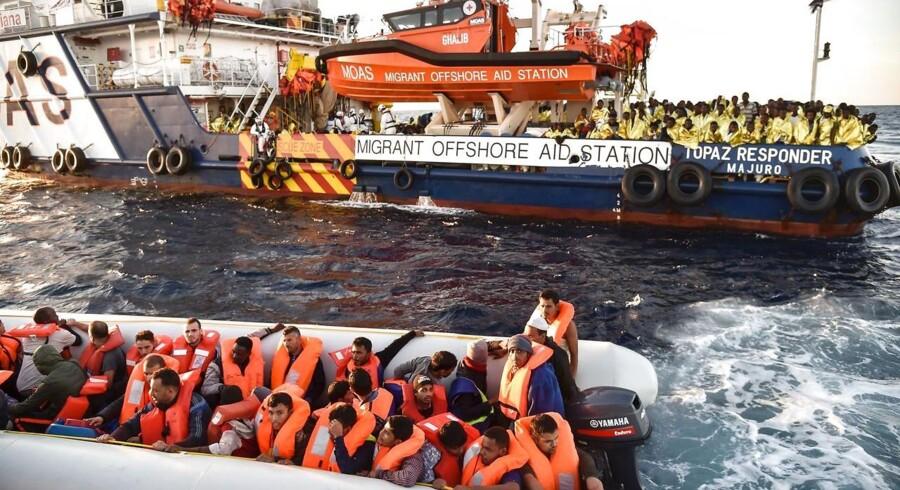 Arkiv: Bådflygtninge fra Libyen får udleveret redningsveste under en redningsaktion i 2016. Europa-Parlamentet vil sætte en stopper for bådflygtninge. Fra 2014 til 2017 har 13.000 mennesker mistet livet i Middelhavet.