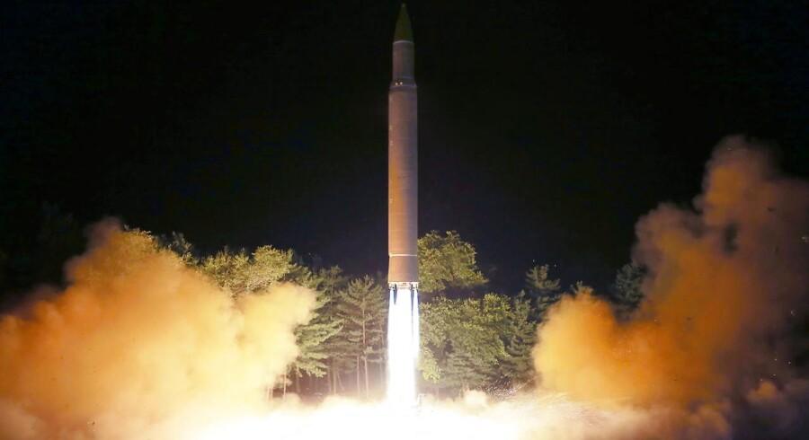 Et handout-foto fra den nordkoreanske regering viser affyringen af et missil fra Hwasong-serien. Hwasong-12-missilet vurderes at have en rækkevidde på over 4000 km. Det nordkoreanske styres statspresse erklærede at en prøveaffyring, der sendte et missil hen over Japan, ramte sit mål i Stillehavet med »stor præcision«.