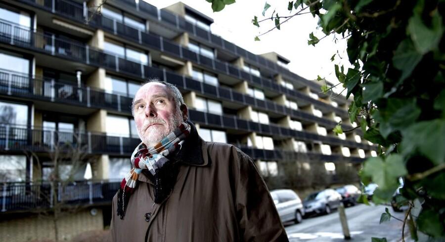 Andelsforeningen A/B Duegården på Frederiksberg har vundet retten til at erklære sig konkurs. Her tidligere formand for andelsforeningen Lasse Larsen foran ejendommen.