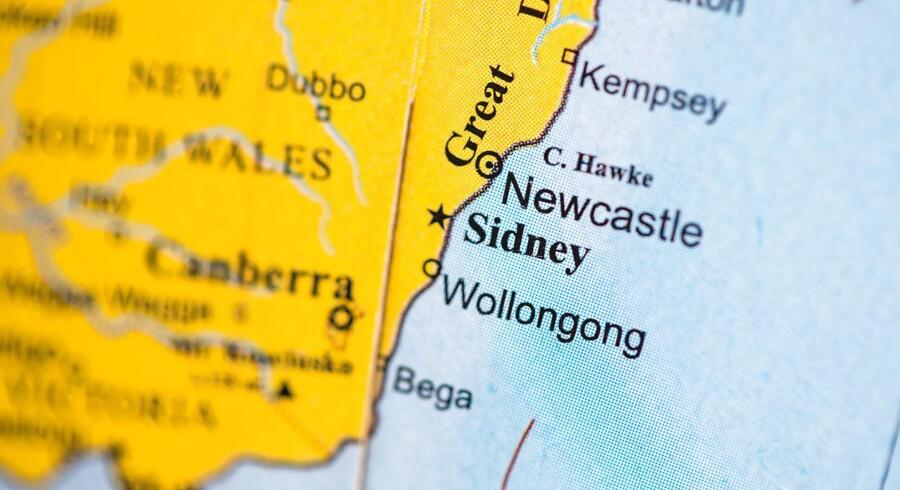 Fire mænd fra samme familie er mistænkt for at planlægge et giftangreb på et fly fra Sidney til Mellemøsten. Det australske politi har nu løsladt en af dem, efter »intense afhøringer«.