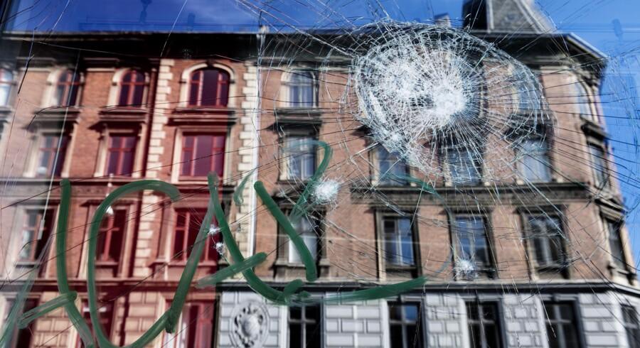De forretningsdrivende på Nørrebrogade i København vågnede op til raserede facader, efter at en flok venstreradikale var draget hærgende gennem bydelen. Foto: Bax Lindhardt