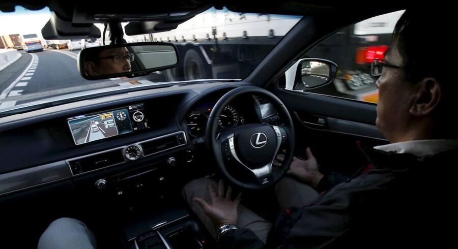 Masser af selskaber arbejder på at få selvkørende biler ud på vejen - nu også Apple. Her et glimt fra en Toyota uden hænder. Arkivfoto: Yuya Shino, Reuters/Scanpix
