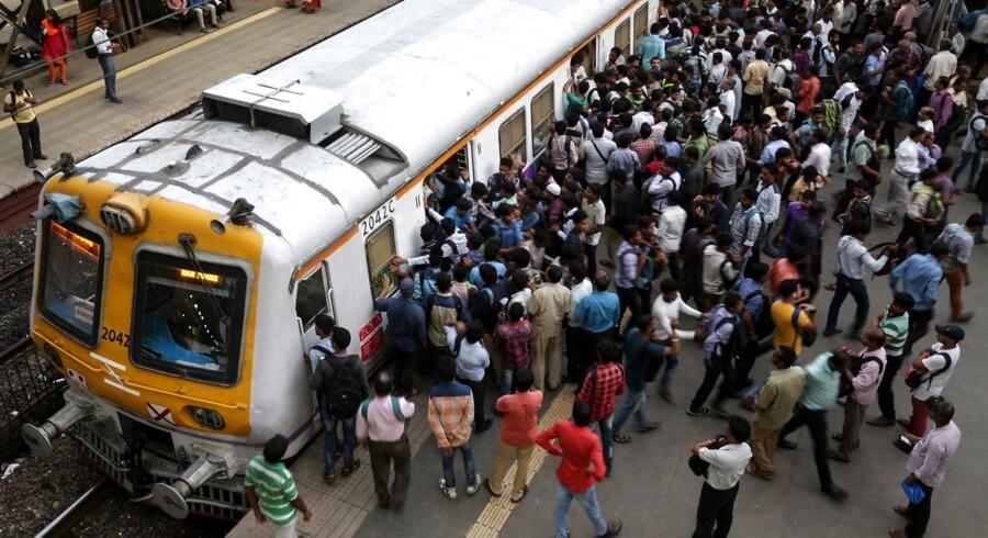 ARKIVFOTO: Pendlere stiger ombord på et tog ved en togstation i Mumbai, Indien, 11. juli 2017.