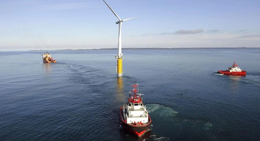Billedet er taget den 8. september og viser verdens førte flydende vindmølle, som bliver fragtet over Nordsøen fra Norge til Skotland. Vindmøllen rejser sig 65 meter over vandspejlet og vejer 5.300 tons. Foto: Øjvind Hagen/StatoilHydro