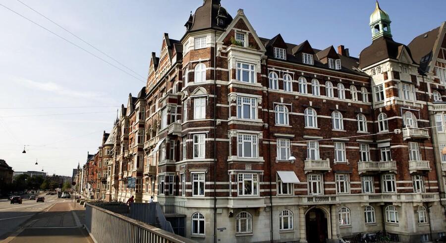 Den store aftale om boligskat kan få priserne til at falde i København. Det sker som en konsekvens af, at der er udsigt til stigende skatter for de dyreste boliger. Skatteminister Karsten Lauritzen (V) har tidligere forudset en prisreduktion på ejerlejligheder i hovedstaden på fem til ti procent.