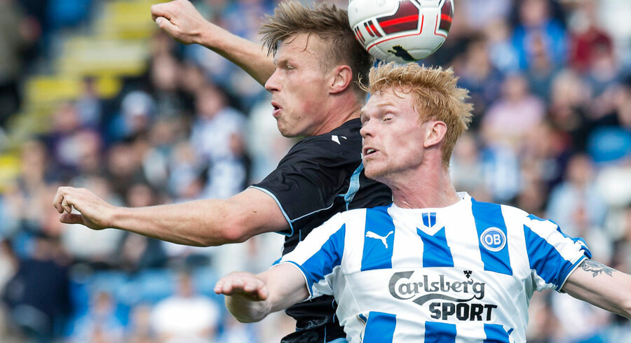 Sønderjyskes Marvin Pourie i duel med OB's Lasse Nielsen i søndagens Superliga-kamp i Odense.