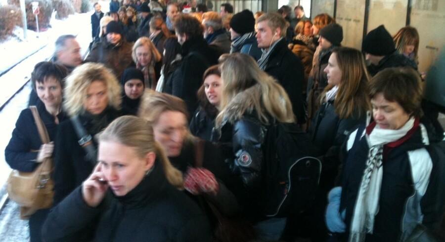 Der hersker kaos på Hellerup Station, hvor passagerer skal skifte fra Kystbanen til S-tog på grind af et afsporet tog på Østerport Station.