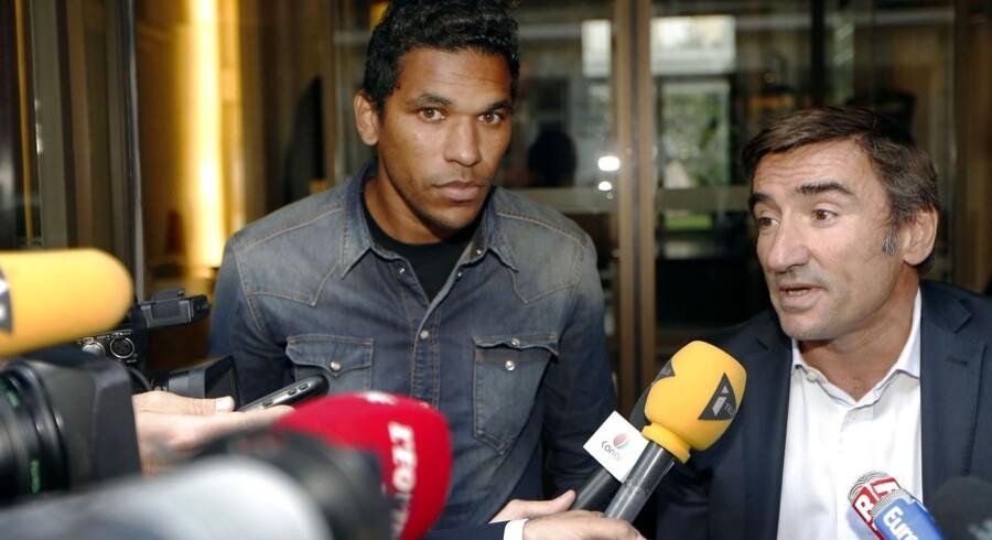 Bastias brasilianske angriber med sin advokat Olivier Martin.